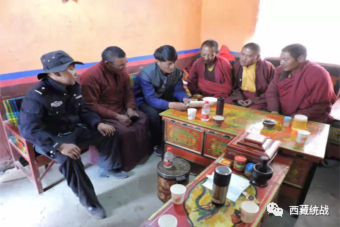 西藏自治区阿里地区措勤县布嘎寺管委组织驻寺干部进僧舍开展宣讲活动(图)