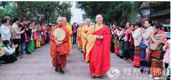 """中国佛教协会连续四年向南传佛教法师布施""""福慧袈裟""""(图)"""