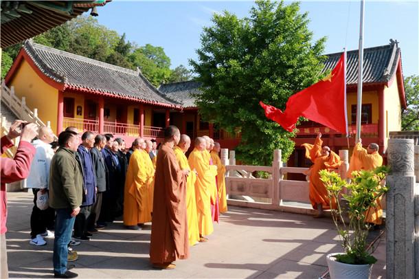 江苏省徐州市兴化寺国际劳动节举行升国旗仪式(图)